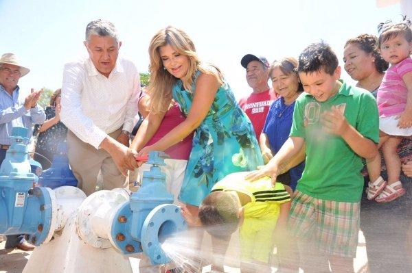 Cumple Gobernadora con abastecimiento de agua en Pitiquito