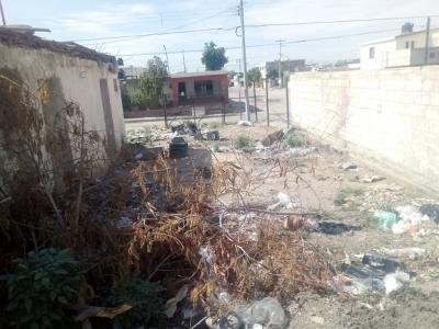 Denuncian ciudadanos casa abandonada, utilizada como basurero en la Ley 57
